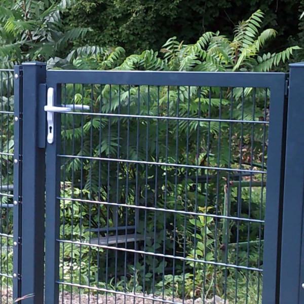 Gartentür, Zauntür mit Türknauf im Außenbereich.