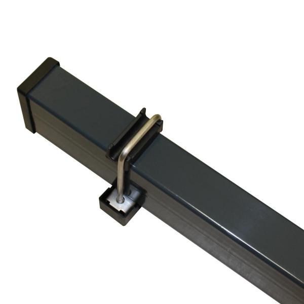 Die Gittermatte wird mit der Halteklamme am Zaunpfosten befestigt