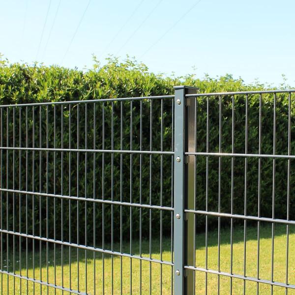 Gartenzaun um das Grundstück. Gitterzaun Komplettangebot.