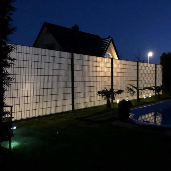 Transparente hart PVC Sichtschutzstreifen einfädeln.