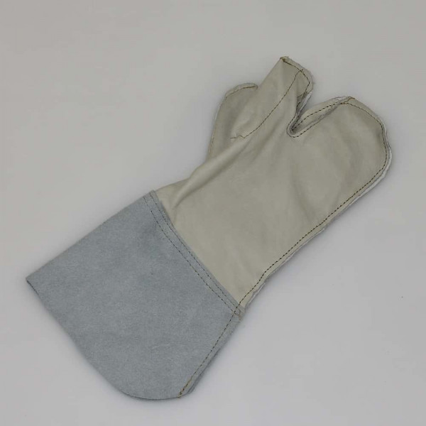 Natodraht oder Stacheldraht mit Schutzhandschuh halten