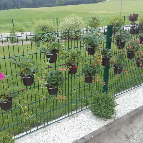 Drahthalter für Blumentopf an Mauer