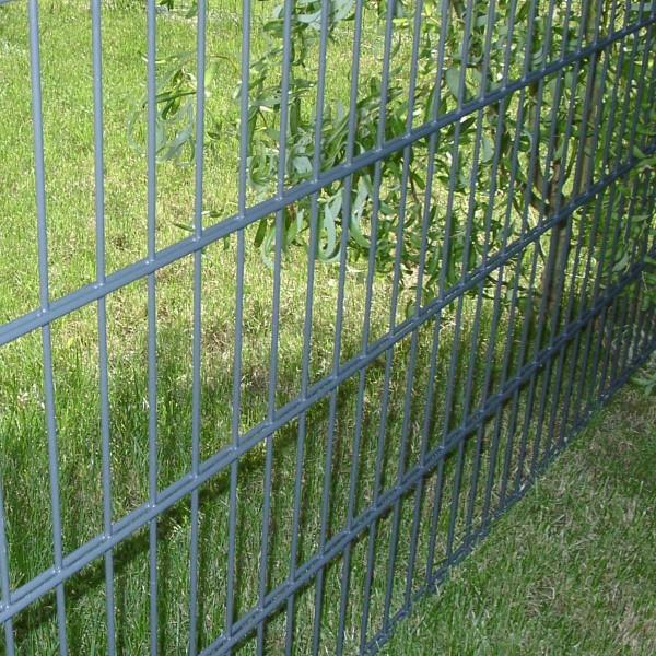 Absicherung der Grundstücke mit 1.40 Meter hohem Gartenzaun.