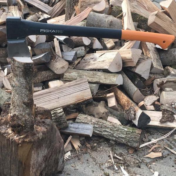 Fiskars Spaltaxt zum Holz spalten.