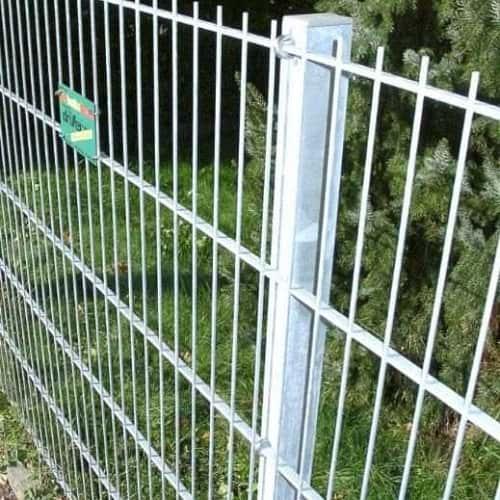 Der Zaun mit dem Flacheisen. Die Flachstabmatte mit Hakenschrauben am Pfosten befestigt.