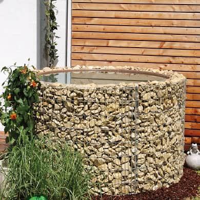 Wasserfass mit Steinrand