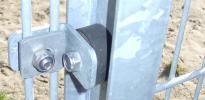Befestigung mit Schallschutz, Zaunanlagen - Sportplatz-Zaun