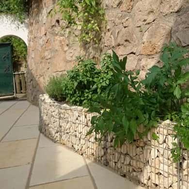 Mauergitter von Bellissa geschwungene Mauer
